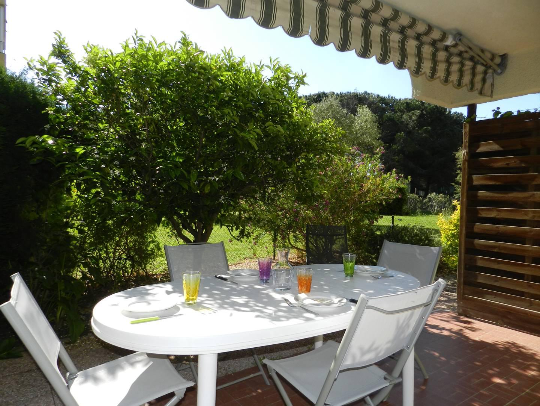 LE LAVANDOU - Grand 2 PIECES  cabine en rez-de-jardin.Belle terrasse. A VOIR.
