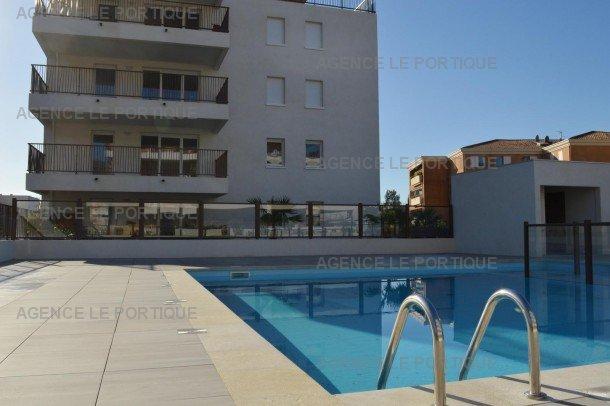 Location d un trois pièces dans résidence avec piscine, le Lavandou, appartement convient aux personnes en fauteuil.