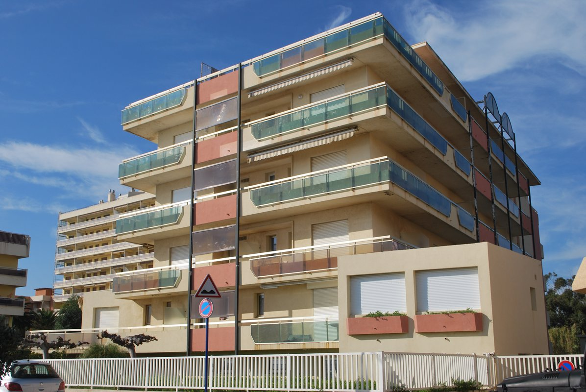Le Lavandou, studio 3 couchages dans une résidence de standing à 10m de la plage.
