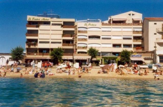 A 10 m de  la plage du centre villle du Lavandou , au dernier étage , appartement face mer