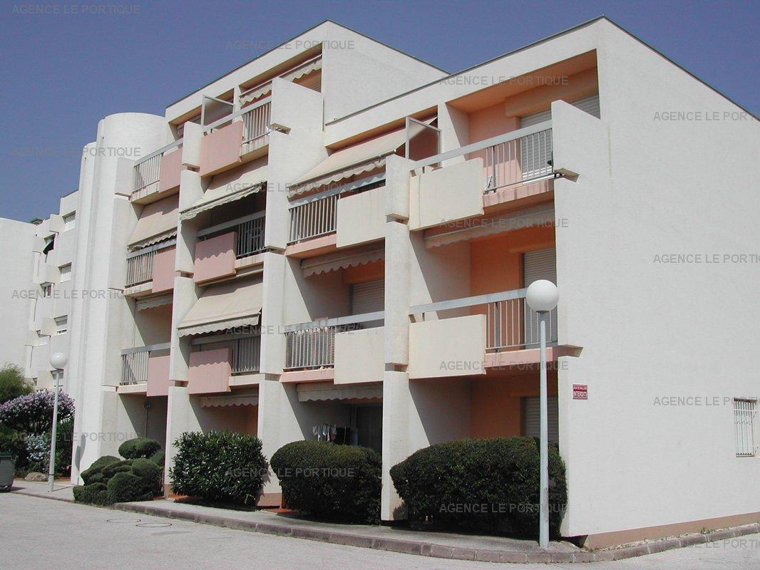 Location appartement, joli studio proche plage et commerces residence calme.