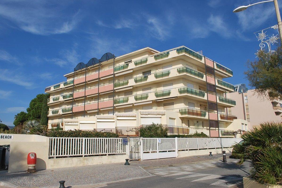 Le Lavandou, grand studio cabine, 4 à 5 couchages, proche plage et centre ville.