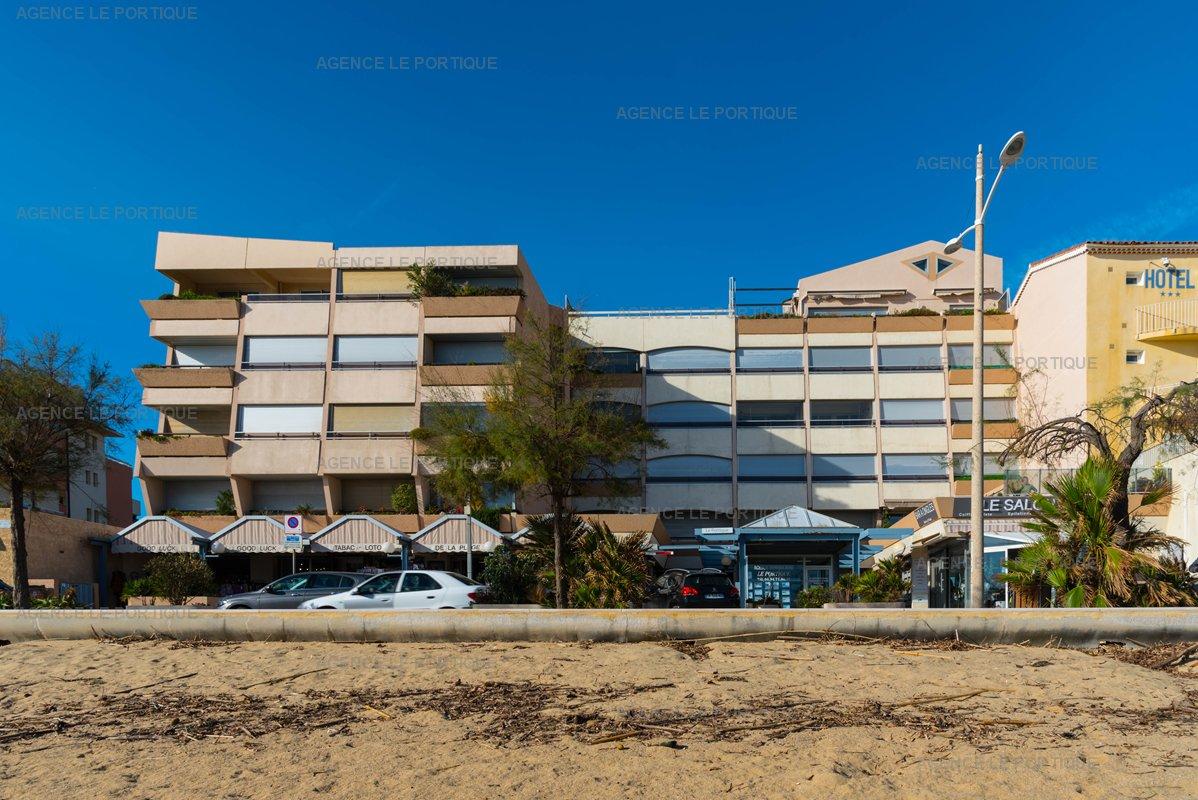 Location appartement Le Lavandou, toit terrasse, face mer bord de plage.