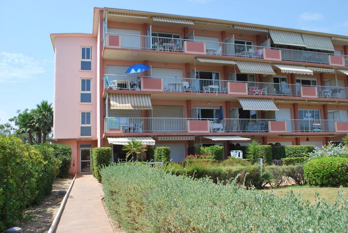 location appartement Au Lavandou, les pieds dans l eau, studio cabine 4 couchages.